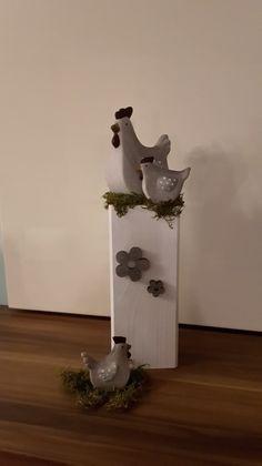 Wunderschöne Frühlingsdeko!  Grau/weiße Hühner (Keramik) im Naturgras auf massiver Holzsäule, verziert mit schönen grauen Holz-Blumen.  Höhe: ca. 39 cm Breite Holzstamm:10x10 cm  Verkauf...