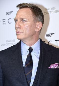 Daniel Craig poses during the French premiere of the new James Bond film 'Spectre' on October 29, 2015 in Paris.