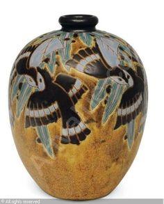 Charles CATTEAU (1880-1966). Originaire de Douai, il a exercé son art principalement à la Manufacture de Boch-Keramis en Belgique. Dès 1907, il y devient responsable du département « décoration », qu'il baptisera plus tard « atelier de fantaisie ». Créatif et inventif, il a su associer l'usage de nouvelles techniques de céramique à la création d'une grande variété de formes tendant ainsi à élever l'objet usuel au rang d'oeuvre d'art.