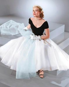 Did anyone wear a party dress better? Heres to Grace Kelly on what would have b - Dior Dress - Ideas of Dior Dress - Did anyone wear a party dress better? Heres to Grace Kelly on what would have been her birthday. Mode Hollywood, Old Hollywood Glamour, Hollywood Fashion, 1950s Fashion, Vintage Fashion, Club Fashion, Old Hollywood Dress, Old Hollywood Style, Hollywood Party