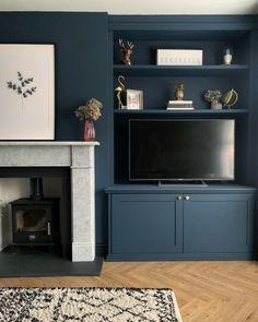 Hauge blue living room – disguise a tv – Shelf 2020 Log Burner Living Room, Living Room Tv, Home And Living, Alcove Shelving, Alcove Cupboards, Above Fireplace Ideas, Wood Burner Fireplace, Dark Blue Living Room, Dark Interiors