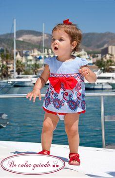 Preciosa niña con un vestido de Nekenia. Búscalo en De Color Guinda!