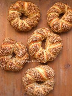 My Little Expat Kitchen (in Greek) Cooking Bread, Cooking Recipes, Ny Bagel, Greek Bread, Greek Appetizers, Minced Meat Recipe, Kitchen In, Grape Recipes, Braided Bread