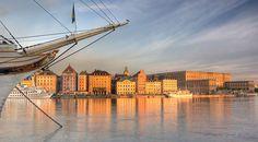 La vasta Escandinavia es reconocida por sus fiordos, sus acantilados y sus lustrosos bosques. No obstante, existe otra Escandinavia discreta y sabia, la que se desliza por los años arrastrando sus vestigios con ella. Ésa tiene el nombre de Estocolmo: Una ciudad donde se funde la historia con las tendencias europeas. Volamos a Suecia para empaparnos de la esencia de su hermosa capital en apenas 48 horas http://lonelyplanet.es/blog-estocolmo-en-48-horas-421.html