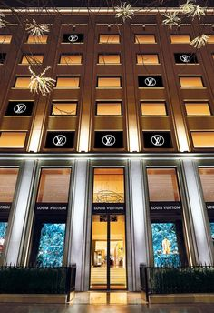 Louis Vuitton An epic address returns: the Louis Vuitton Montaigne Store has re-opened at Avenue Montaigne in Paris. Tienda Louis Vuitton, Boutique Louis Vuitton, Louis Vuitton Store, Louise Vuitton, Dolce & Gabbana, Lv Handbags, Louis Vuitton Handbags, Emilio Pucci, Lv Montaigne