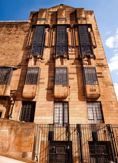 glasgow school of art, west elevation, designed by charles rennie mackintosh, garnethill glasgow