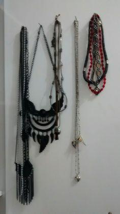 Queria um porta colares mas como nao emcontrei, coloquei pregos na porta e voilá 😂💕😍