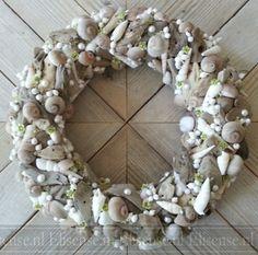 Krans met schelpen Art Floral, Garlands, Grapevine Wreath, Grape Vines, Floral Wreath, Wreaths, Inspiration, Home Decor, Biblical Inspiration