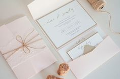 Blush and Gold Wedding Invitation Pocketfold por RebeccaGreenDesign