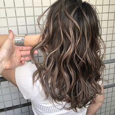 イズミ タカヒロさんはInstagramを利用しています:「・ 8月は月の半分はお休み頂いておりますのでご予約はお早めによろしくお願いします👨🏼🏫👨🏼🏫👨🏼🏫 ・ 品よくオシャレ、それがIZUMIカラーの原点👨🏼🏫 ・ 世界に通用する日本一のバレイヤージュカラーを提供します💥💥💥 ・…」 Brown Hair Balayage, Brown Blonde Hair, Brunette Hair, Blonde Balayage, Hair Color Streaks, Hair Highlights, Hair Shades, Aesthetic Hair, Asian Hair