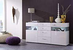 Dieses Sideboard macht nicht nur in Ihrem Wohnzimmer eine gute Figur. Ergänzen Sie z.B. das Stauraumangebot im Speisezimmer. Hinter dem Glas können Sie Ihre Lieblingsstücke in Szene setzen oder liebevoll dekorieren. Die Beleuchtung rundet das Gesamtbild ab. Sideboard weiss hochglanz / Glas Parsol grau 22-00420