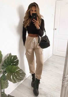Look chic this season in our Stone Beige Utility Fitted Chain Detail Jogger Trousers. Uni Outfits, Winter Fashion Outfits, College Outfits, Trendy Outfits, Outfit Winter, College Fashion, Fashion Fall, Fashion Trends, Beige Outfit