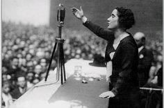 #TalDiaComoHoy (12 de febrero de 1888) nació Clara Campoamor, política española, defensora de los derechos de la mujer y principal impulsora del sufragio femenino en España, logrado en 1931, y ejercido por primera vez por las mujeres en las elecciones de 1933. Imagen: Clara Campoamor pronunciando un discurso en San Sebastián el 26/04/1931 Thing 1, Person Of Interest, Badass Women, Timeline Photos, My Way, Strong Women, Girl Power, Black And White, Concert