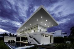 Designed by Colombian studio GM Arquitectos, in this the House is located in Girardot, Colombia. This house gives off a very vivid & minimal vibe Design Exterior, Roof Design, Design Design, Home Modern, Modern House Design, Modern Homes, Contemporary Homes, Modern Family, Contemporary Architecture