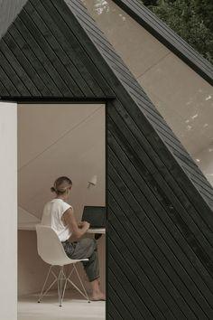Le studio anglais KOTO, spécialisé dans les modules multifonctionnels, s'est associé avec le New Art Center, pour imaginer et réaliser cette cabine en bois brûlé.  Ce module sert de lieu de travail et de méditation, c'est un espace contemplatif et immersif, sensé connecter les clients à la nature environnante. Avec son design géométrique et sculptural, sa couleur noire et sa grande baie vitrée, cet espace s'intègre parfaitement à l'environnement du New Art Center.  « Nous voulions… Prefabricated Cabins, Prefab Homes, Office Cabin Design, Charred Wood, Timber Walls, Huge Windows, Scandinavian Style, Architecture, Midcentury Modern