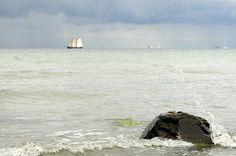 Ostseeimpression Segelschiffe im Hintergrund