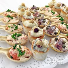 Tartlets-plain-in-tray: salmon and tuna, blue cheese and apple volovanes and anchovy, dried tomatoes and capers Appetizers For Party, Appetizer Recipes, Yummy Food, Tasty, Catering Food, Mini Foods, Sweet And Spicy, Finger Foods, Brunch