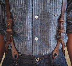 мужчина в рубашке джинсах и кожаных подтяжках