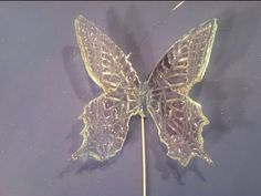 Mariposas de azúcar (isomalt) - YouTube Cake Decorating Techniques, Cake Decorating Tutorials, Cookie Decorating, Cake Icing, Buttercream Cake, Sugar Glass, Butterfly Cakes, Flower Ornaments, Fondant Toppers