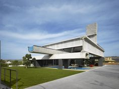 Hemeroscopium House, Madrid, Spain by Ensamble Studio Prefabricated Houses, Prefab Homes, Contemporary Architecture, Architecture Design, Concrete Architecture, Where The Sun Sets, Infinity Pool, Glass Pool, Madrid