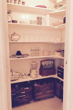 Bildresultat för sekelskifte skafferi Country Kitchen, Kitchen Interior, Kitchen Dining, Pantry, Bond, Shabby, Indoor, Shelves, Summer