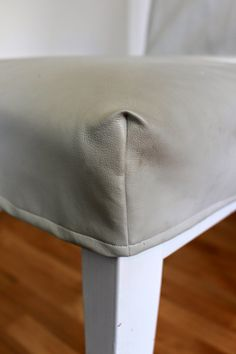 I have made new loose covers for my dining chairs. The original covers was black. That was to dark for my taste, so I made new one . Dining Room Chair Covers, Dining Room Chairs, Chair Makeover, Sewing Hacks, Sewing Tips, Slipcovers For Chairs, Lounge Furniture, Diy Chair, Cushion Covers