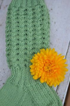 KOTOKOLOSSA: Vihreät pitsisukat Knitted Hats, Crochet Hats, Baby Knitting Patterns, Leg Warmers, Beanie, Socks, Decor, Sock Knitting, Knit Hats