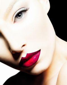 J'aime beaucoup le travail des lèvres, pas commun, avec un pur rouge, dégradé, et une forme pas commune.
