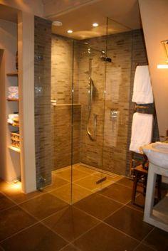 badkamer met warme rustige tinten, mooie witte handdoeken erbij voor luxe gevoel.