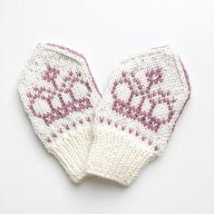 Selv en prinsesse eller prins trenger å holde seg varm på hendene! Kronevottene er inspirert av kronen på kronestykkene som var i bruk på tidlig 90-tall.
