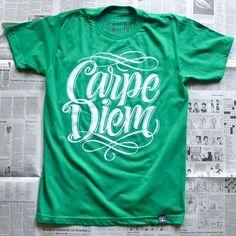 Las camisetas con mensaje son un básico en todo fondo de armario