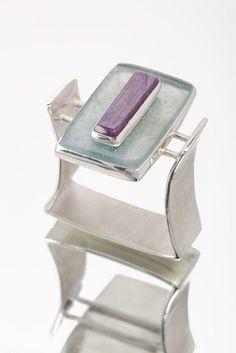 by Ryan Gardner. Love this unusual ring. by Ryan Gardner. Love this unusual ring. Stone Jewelry, Jewelry Art, Jewelry Rings, Silver Jewelry, Silver Rings, Gold Jewellery, Bijoux Design, Schmuck Design, Jewelry Design