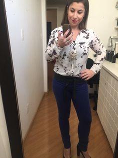 Casual Friday look: calça azul royal skinny, camisa branca e preta florida, salto preto e colarzão pra alongar. Pra mais cor, batom vermelho por favor.
