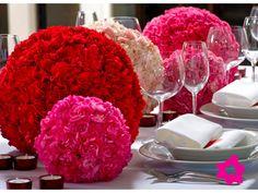 Claveles como flores de boda en centro de mesa en forma de esfera