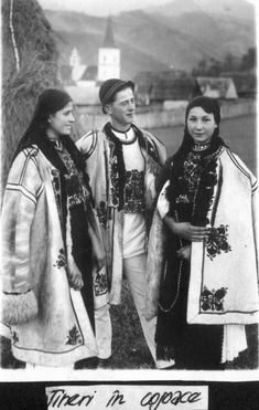 Romanian traditional costumes Part 1 Port national Old Photography, Street Photography, Romanian People, Republica Moldova, Folk Fashion, Eastern Europe, Traditional Outfits, Dress Outfits, Logo Design