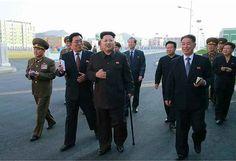 つえを突きながら「衛星科学者住宅地区」を視察する北朝鮮の金正恩第1書記=14日付労働新聞より(AFP=時事) ▼14Oct2014時事通信|金第1書記、つえ突く姿=40日ぶり動静-北朝鮮 http://www.jiji.com/jc/zc?k=201410/2014101400047