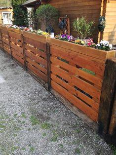 Diy Garden Fence, Backyard Fences, Backyard Landscaping, Garden Ideas, Cerca Diy, Pallet Exterior, Privacy Fence Designs, Diy Garden Furniture, Pallet Fence