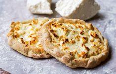 Μήλος, Κίμωλος και Φολέγανδρος φημίζονται για τις τυρένιες τους, τυρόπιτες ανοιχτές σαν τάρτες με το ζυμάρι να θυμίζει αυτό της πίτσας. Στο νέο τεύχος του γαστρονόμου ταξιδεύουμε στις Κυκλάδες μαγειρεύοντας τις εμβληματικές συνταγές του κάθε νησιού. Με την Καθημερινή της Κυριακής στις 12/08. Sweets Cake, Apple Pie, Camembert Cheese, Desserts, Recipes, Food, Cakes, Tailgate Desserts, Deserts