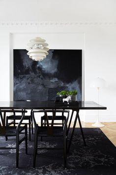 Black and white dining room Black And White Dining Room, Black And White Interior, Dining Room Colors, Dining Room Table, Dining Rooms, Dining Bench, Dark Interiors, Black Decor, Pantone
