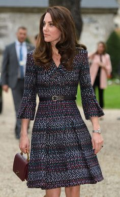 Please please please find me something like this! As close as you can find! Please Kate Middleton totalled five great outfits for her recent trip to Paris, including a belted Chanel look, marking the Duchess' first time wearing the brand. Princesse Kate Middleton, Kate Middleton Prince William, Prince William And Kate, Style Kate Middleton, Kate Middleton Outfits, Duchesse Kate, Shorts Longs, Style Royal, Princesa Kate