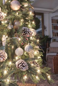 ✿   etsy bluefolkhome says ✿  Close up of that oh so beautiful tree: don't tell anyone, but here's the recipe:  white lights, large frosted white and gold balls, large white tipped natural pine cones, long cylinderical gold frosted glass ornaments, occasional frosted red berries