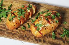 Schnelle Mittagsidee gesucht? Fächerbrötchen mit Tomaten und Mozzarella frisch aus dem Ofen solltet ihr unbedingt probieren!
