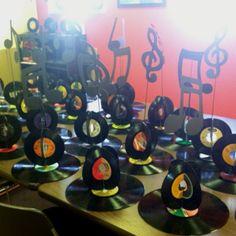 centro de mesa motivo musica, rock and roll. detalle con disco y notas musicales