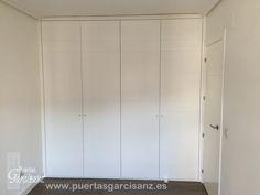 Frente de armario de puertas abatibles lacadas en blanco con 5 ranuras en horizontal