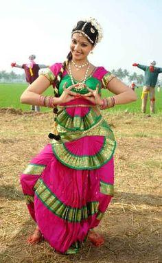Bharatanatyam originated in southern India in the state of Tamilnadu. Folk Dance, Dance Art, Indiana, La Bayadere, Bollywood, Indian Classical Dance, Dance World, Exotic Dance, Dance Poses