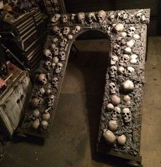 Amazing skull catacomb entrance by Halloween Forum member Trex. Halloween Prop, Halloween Cubicle, Creepy Halloween Decorations, Halloween Forum, Halloween Graveyard, Halloween Skull, Holidays Halloween, Halloween Themes, Halloween Crafts