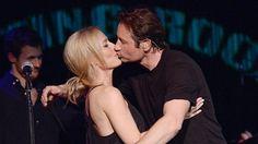 Scully und Mulder küssen sich auf Konzert-Bühne