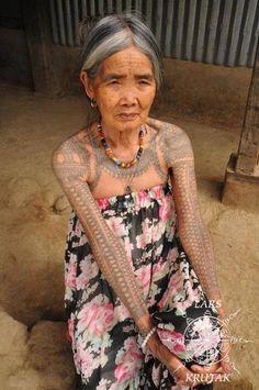 Kalinga tattoo artist Whang Od of Buscalan village, 2016 Cover Tattoo, I Tattoo, Philippines Tattoo, Filipino Tribal Tattoos, Ethnic Tattoo, Tattoed Women, Native Tattoos, Filipino Culture, Symbolic Tattoos