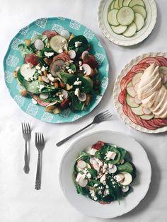 Salade de patates et d'épinards au poulet, aux légumes d'été & au fromage feta
