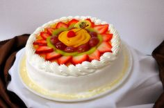 Pastel tres leches con fruta/Three milks cake with fruit #repsotería #pasteles #cakes  loschatos.com
